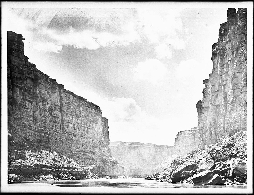 1024px-The_approach_to_the_Soap_Creek_rapids_of_the_Colorado_River_at_Lee's_Ferry_in_Marble_Canyon,_Grand_Canyon,_1900-1930_(CHS-3896)