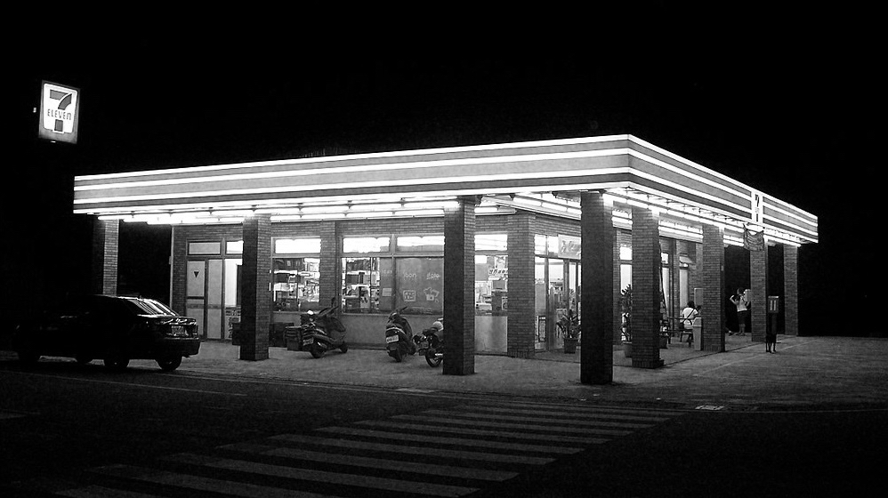 1024px-7-Eleven_Dongchi_Store_20080803_night